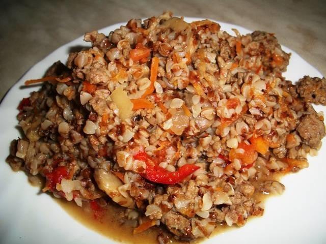 Блюда из мяса кухня: овощной микс обжаривайте следующие минуты до мягкости, затем загрузите мясной фарш.