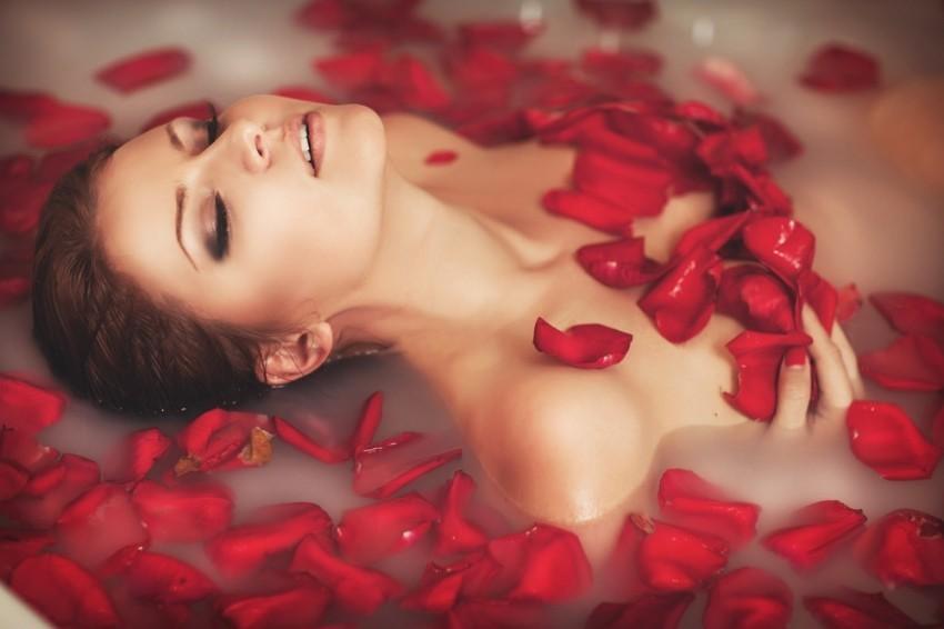 Девушки лепестках роз в фотосессия