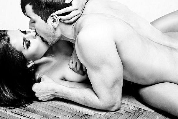 женщина голые целуются и мущина