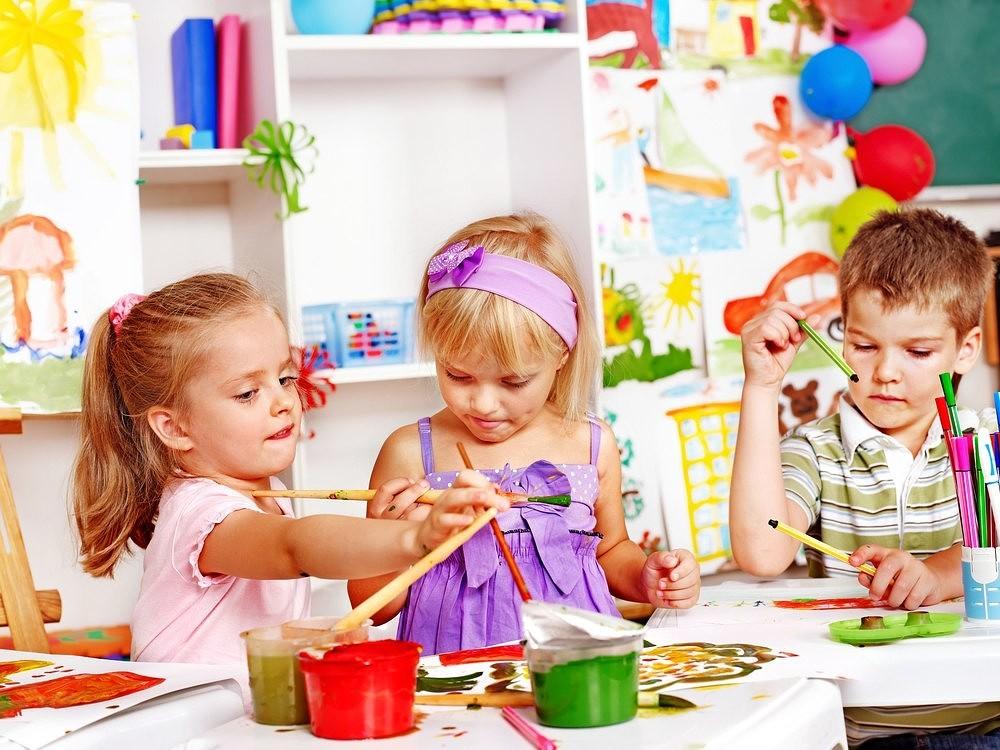 Картинки по запросу ребенок приклеивает вырезанные картинки на лист бумаги