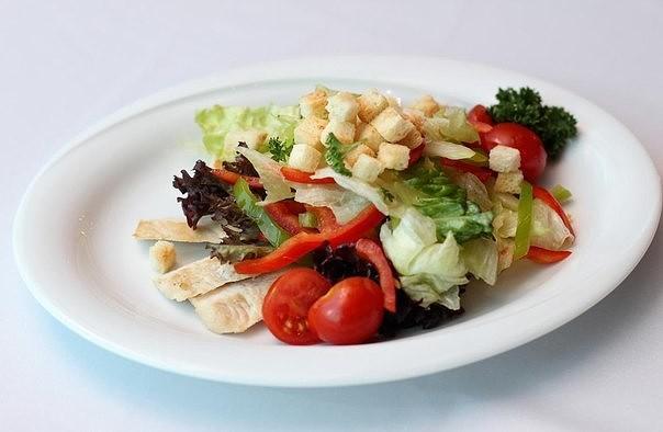 Гренки для салата готовить лучше самостоятельно, так он получится более натуральным.