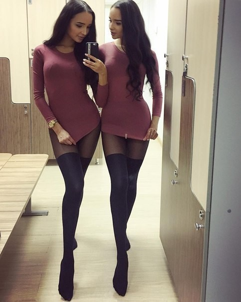 близняшки в чулках