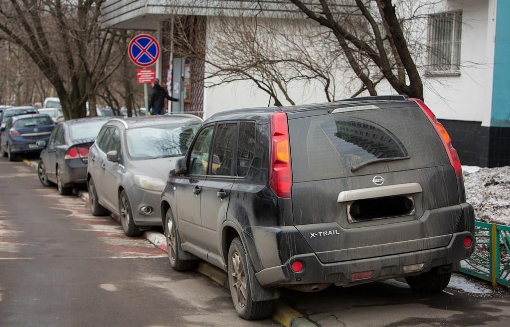 Парковка на тротуаре жилой зоны