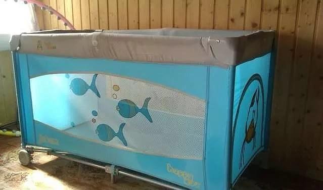 ПРОДАЮ НЕДОРОГО две детские складные кроватки Krab House   (производство ФРАНЦИЯ) и в придачу отдам гипоаллергенные  матрасы из кокоса.