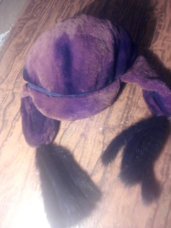 Продам шапку женскую зимнюю из шиншиллы,  с козырьком,  состояние хорошее, цена 2500
